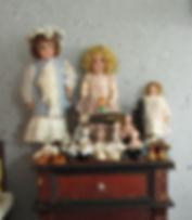Vanhoja nuken kenkiä Nukkemuseon isossatuvassa. Vanha veivattava ompelukone ja Saksalaisia antiikkinukkeja
