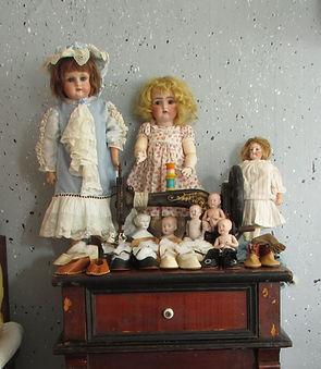 Nukkekodinnukke, Saksalainen nukke, Ranskalainen nukke, Barbi Mattel, vanha barbi, barbi, nuken silmät, nuken peruukki, nukketeline, ompelukone, nuken vaatteet, kommuudi, Vanhoja nuken vaatteita ja kenkiä Nukkemuseon isossatuvassa, talonpoikaishuonekaluja, roiskemaalatut tapetit, perinne osaaja, puurullat, lankarulla, pitsimekko, china head, parian nukke