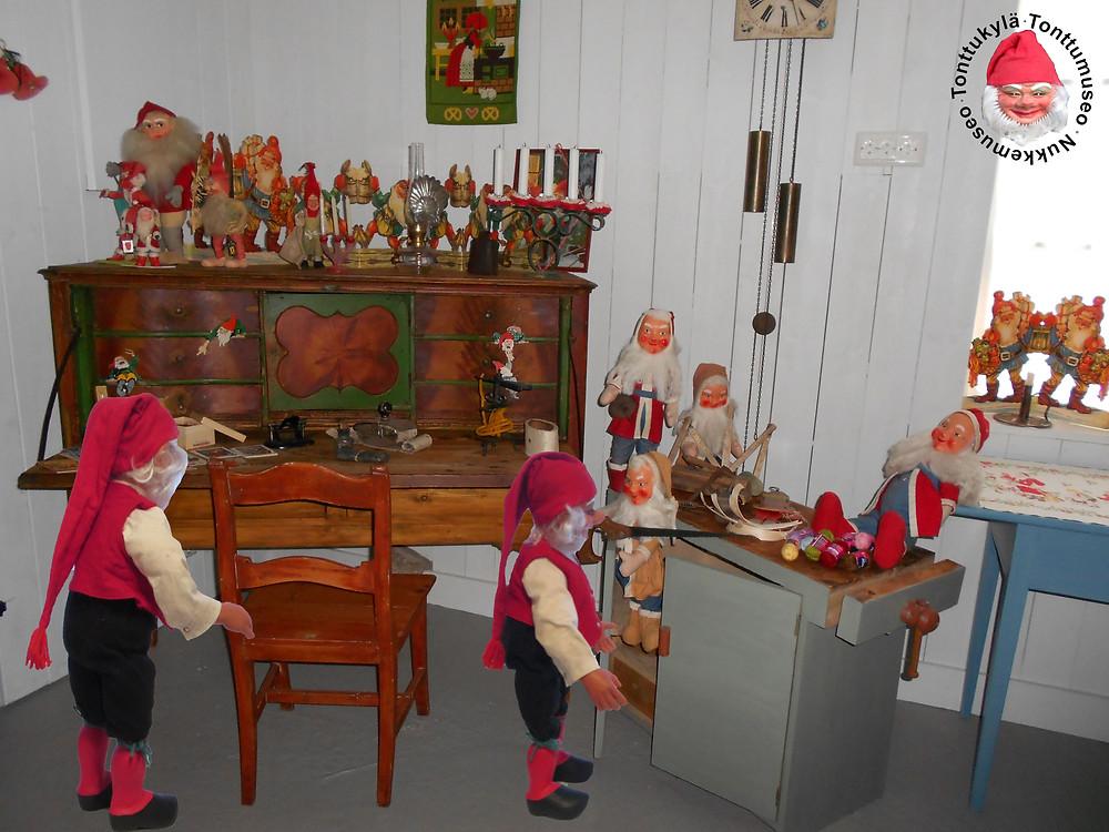 Joulukoristemuseo, Tonttukylä, klaffipiironki, talonpoikaistuoli, talonpoikaispöytä, vanhoja joulukoristeita,koristele vanhalla, vanha joulu, joulunaika, tuvankello, tonttujono, sahanpurutonttu, joulutonttu, öljylamppu