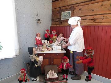 Nukkemuseo, nukenteko, tontun valmistus, nukenosat, tonttunukke, tonttu, rebornnukke, keräilynukke, posliininukke, Marttanukke, kommuudi, hirsiseinä, nähtävyys Nukkemuseo, turistikohde Nukkemuseo, vieraile Nukkemuseo, Marttanukke, Suomlainen nukke, vanhat vaatteet, perinnetekstiilit, maatila, nuken silmät, nuken pää, nalle, öljylamppu, korkkitaulu,