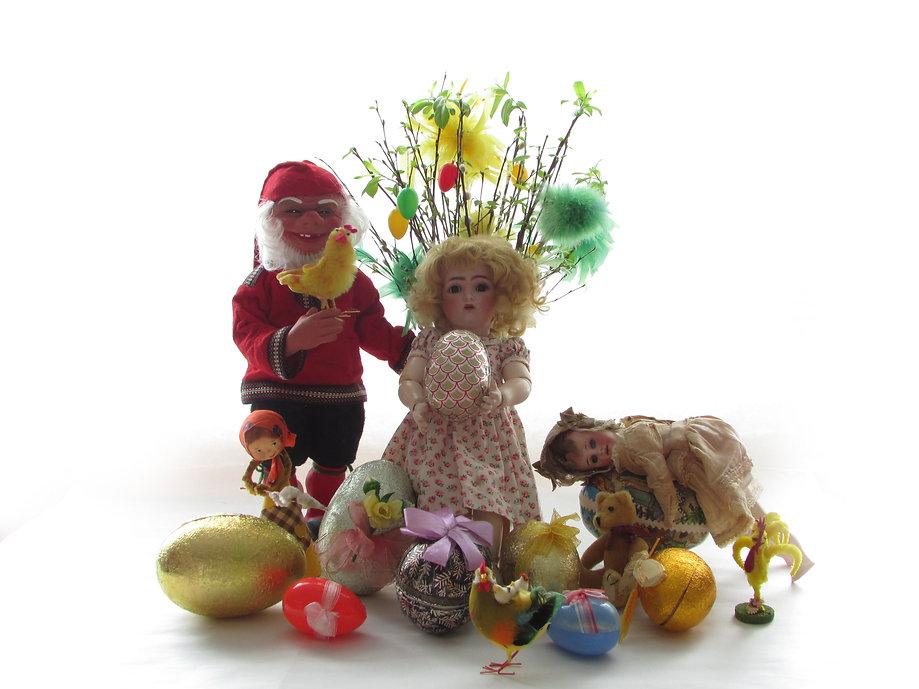 Vanhoja joulukoristeita, pääsiäiskoristeita, antiikkinukkeja, antiikkileluja