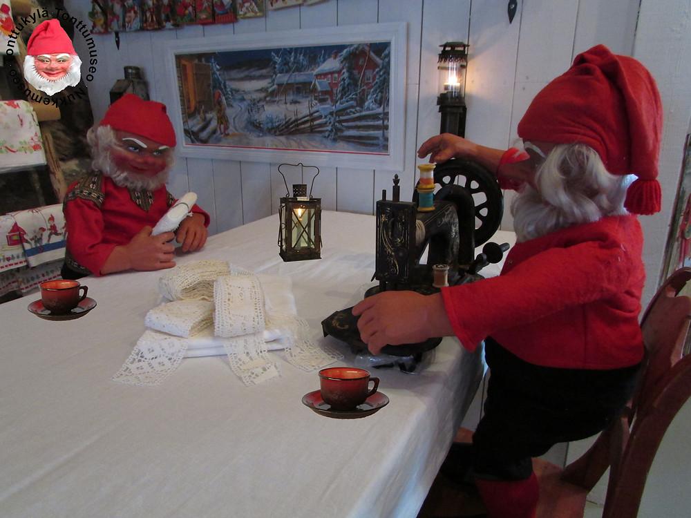 Vanhat pitsit, lankkupöytä, valkoiset lakanat, joulukoristeita, joulutonttu ompelee, tallitonttu, tallilyhty,