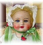 Martta Bebè vihreässä silkkiorganza mekossa. Nähtävyys ja turistikohde Nukkemuseo, vanhoja leluja, nuken silmät, nuken vaatteet, Suomalainen nukke, massapää, Turun Nukketeollisuus, lasisilmät, mohairiperuukki, vanha pitsi