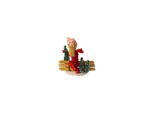 Joulutonttu vanha joulukoriste, tonttu istuu aidan päällä
