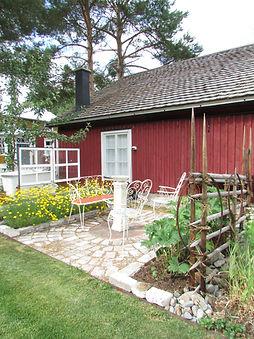 Puutarha Tonttukylässä, kierrätys puutarhassa, riukuaita, vanhat ikkunat, laatoitus, Ranskalaien puutarhakalusto