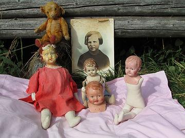 Vanhoja korjattavia leluja, Pipsanuken pää, nukenkorjaukset, korjaamme nuket, korjaamme nallet, korjaamme lelut, Marttanukke Pelle, Marttanukke Olli, vanha Steiff nalle, nuken mekko, nukenpää, paperimassapää, vanha valokuva, hirsiseinä, ruohikko, lato, nallen silmät, nallen nivelet, nukenpää, nuken vartalo, vanha valokuva, nuken kädet, Jopi nalle, mohairi nalle, nallen turkki, vanha hirsilato