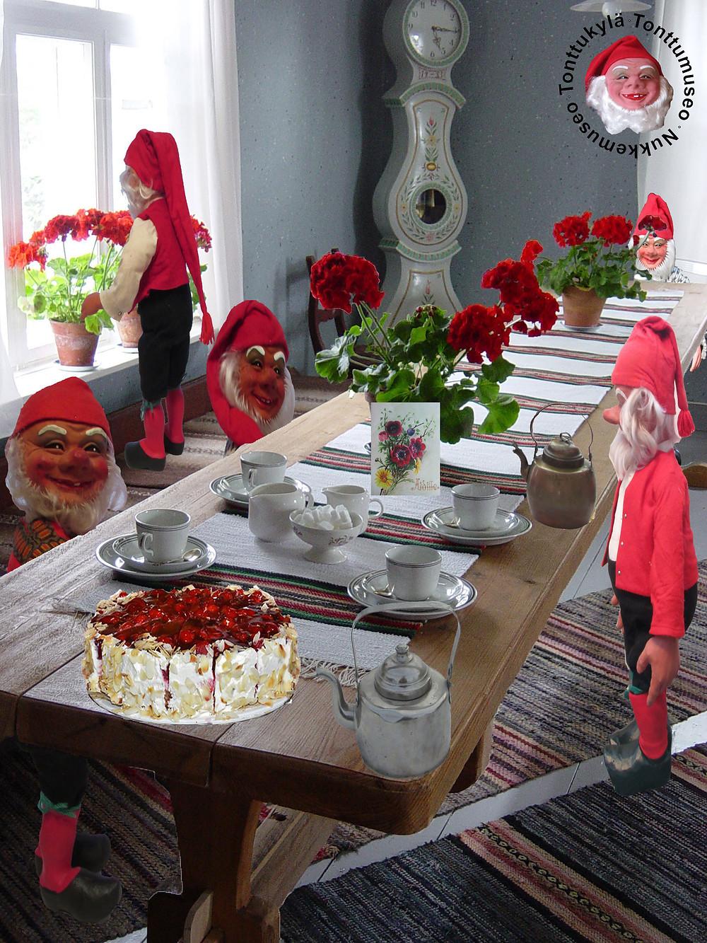 Kahvit, kakku, vanhatkahvikupit, lankkupöytä, kuparipannu, äitienpäiväkortti, räsymatot, kaappikello, Tonttukylä, Nukkemuseo, mummonmökki, elämämaalla,
