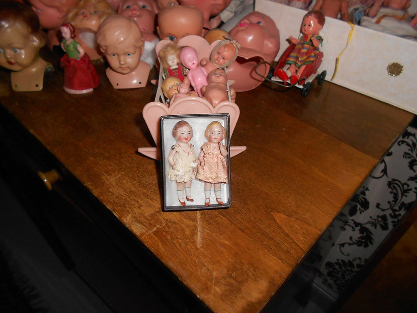 Miniatyyrinukke, nukkekodin nukke, opastuskierroksella Nukkemuseossa, pieni posliininukke, nukkekaappi, nuken teko