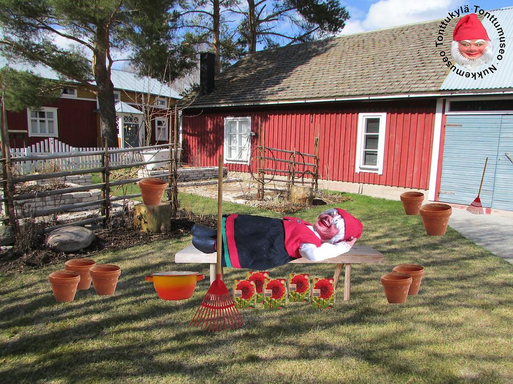 Mummonmökki, metsämökin tontut, mummola, maatila, maaseutu, vanha tupa, rakennus, katto, ikkunat, riukuaita, kukkaruukut, kukkapenkit, harava