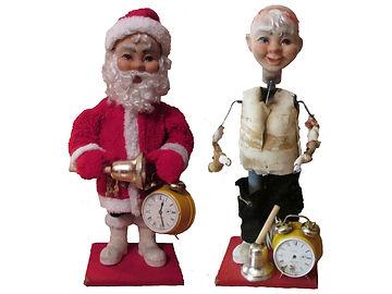 Vanha mekaaninen näyteikkuna joulutonttu Tonttumuseon kokoelmista, näyteikkuna tonttu, tonttu ja kello, joulukello, punainen takki, liikkuva tonttu figuuri, tontun hanskat,