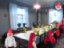Tonttumuseon kahvipöydät, vanhat joulutontut pöydän ääressä