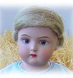 Martta bebè, hamppuperuukki, maalatut silmät. Vanhoja nukkeja, leluja ja nalleja Nukkemuseossa. Turistikohde Nukkemuseo, nuken peruukki, nuken vaatteet ja kengät, Marttanukke, pulaajan nukke, kipsipää, paperimassapää, sotaajan nukke, sininen nuken mekko, Turun Marttanukketeollisuus