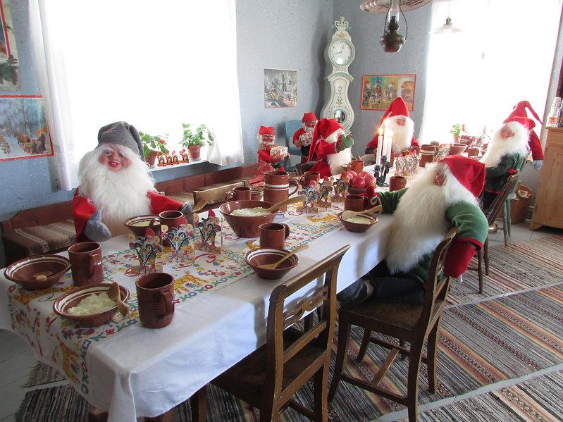 Pikkujoulu, joulujuhla, pikkujoulujuhlat, Tontut vanhan pöydän ääressä, tonttu-ukot, joulutonttuja