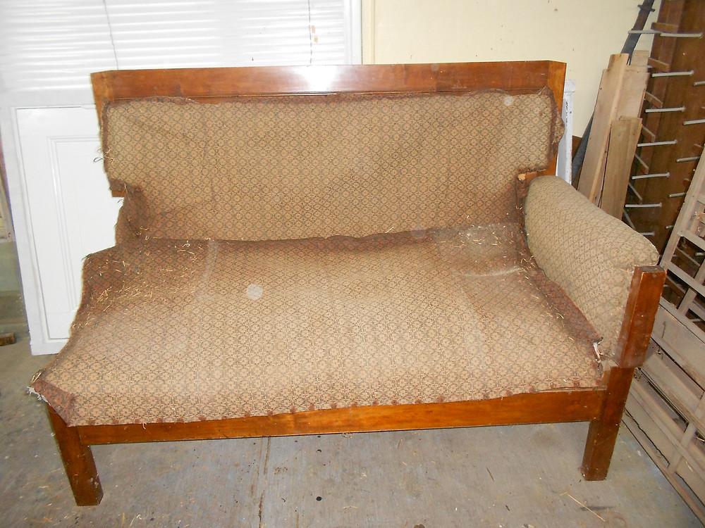 Ennen ja jälkeen, vanhan huonekalun entisöinti, puuseppä, talonpoikaishuonekalut, vanha sohvä, entisöinti, perinneosaaja, puutyö, sisustus