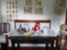Tonttu kahvilla, vanha morsiussohva, kiiltokuvia, vanha pelipöytä,Riihimäen iso säilytystölkki