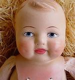 Vanha Marttanukke Pipsa, vauvanukke. Nähtävyys Nukkemuseo, nuken kenkät ja vaatteet, nuken osat, antiikkinukke, vanha nukke, nuken teko, paperimassanukke, nuken pää