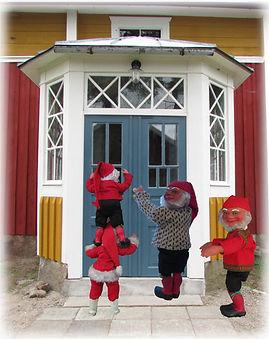 Tonttu, joulutonttu, vanha lasikuisti, talonpoikaistalo, maalaistalo, Nukkemuseo, lelumuseo, kivijalka, vanhat ikkunat, vanha ovi, lasiveranta, orangeri, punamulta, keltamulta, ulkovalo, vanha lamppu, riihitonttu, saunatontu, tupatonttu, puutarhatonttu, tonttunukke, vanhat ikkunat