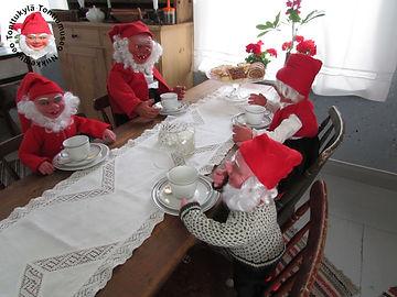Talonpoikaistalo, vanha huone, maalaistalo, lankkupöytä,arabian kahvikupit, vanha tuoli, lautashylly, räsymatto, joulutonttu kahvilla, joulutontuistuu