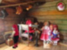 Suutarinpöytä, Nukkemuseo, vintti, vanhoja kenkiä, lesti, puunaulat, vanha tuoli, vinttikammari, nukketaiteilija, nukentekijä, nuken valmistus, tee nukke, Polarnukke, muovinukke, lapsen kengät, kävelevä nukke, lappalaisnukke, lapinnukke, pieksut, suutarinlamppu, vanha tonttu, joulutonttu, öljylamppu, orsi, hirsiseinä, maatila, maalaistalo, maaseutu, nähtävyys Nukkemuseo, turistikohde Nukkemuseo, vieraile Nukkemuseossa, matkanjärjestäjälle, eläkeläisryhmille,