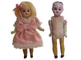 Nukkemuseo, nuken korjaus, silkkimekkoinen antiikkinukke, korjaamme nuken, nukkekorjaamo, lelukorjaamo, korjaamme nallen, nuken peruukki, nuken vaatteet, nuken kengät, vanhat lelut, lelumuseo, vanhat lelut, paperinuket, kiiltokuva, muovinukke, massanukke, pahvivartalo, nukketeline, pitsihame, Nukkemuseo Pensalassa, nuken silmät, silmämekanismi