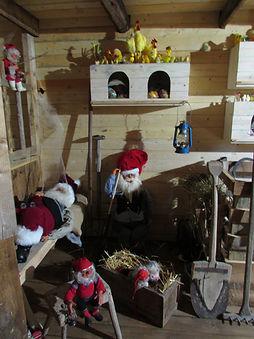 Näyteikkuna joulupukki, vanhoja pääsiäiskoristeita, vanha lyhty, puulapio