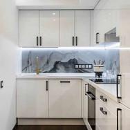 cozinha-em-l-pequena-com-armarios-branco