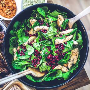 Salade saine de poulets et épinards