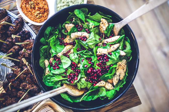 Теплый салат со шпинатом, куриной грудкой и гранатом
