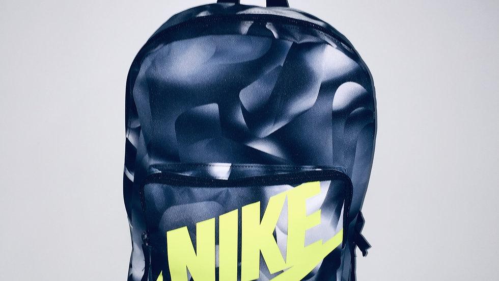 Mochila Nike escolar 16 L. Bolsa lateral para bote de agua