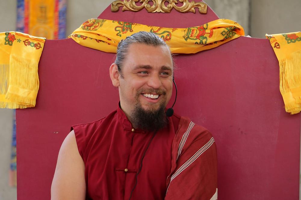 Lama Jigme Lhawang iniciou seu treinamento budista em 1995 e treinou por 10 anos como monge nas universidades monásticas Dzongsar Shedra, na Índia.