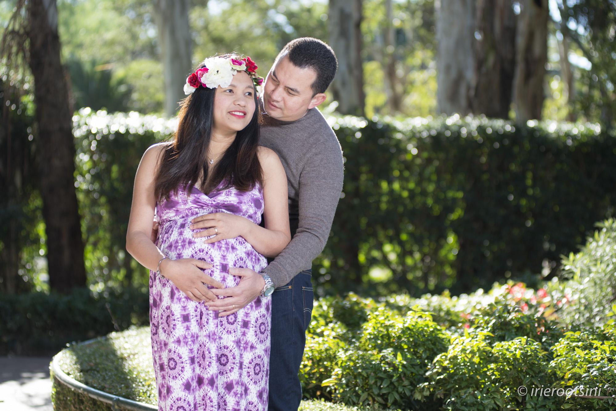 couple-posing-PreMaternity-shoot-western-sydney-parklands