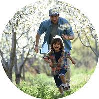 Pai e Filho Correndo ao ar livre.jpg