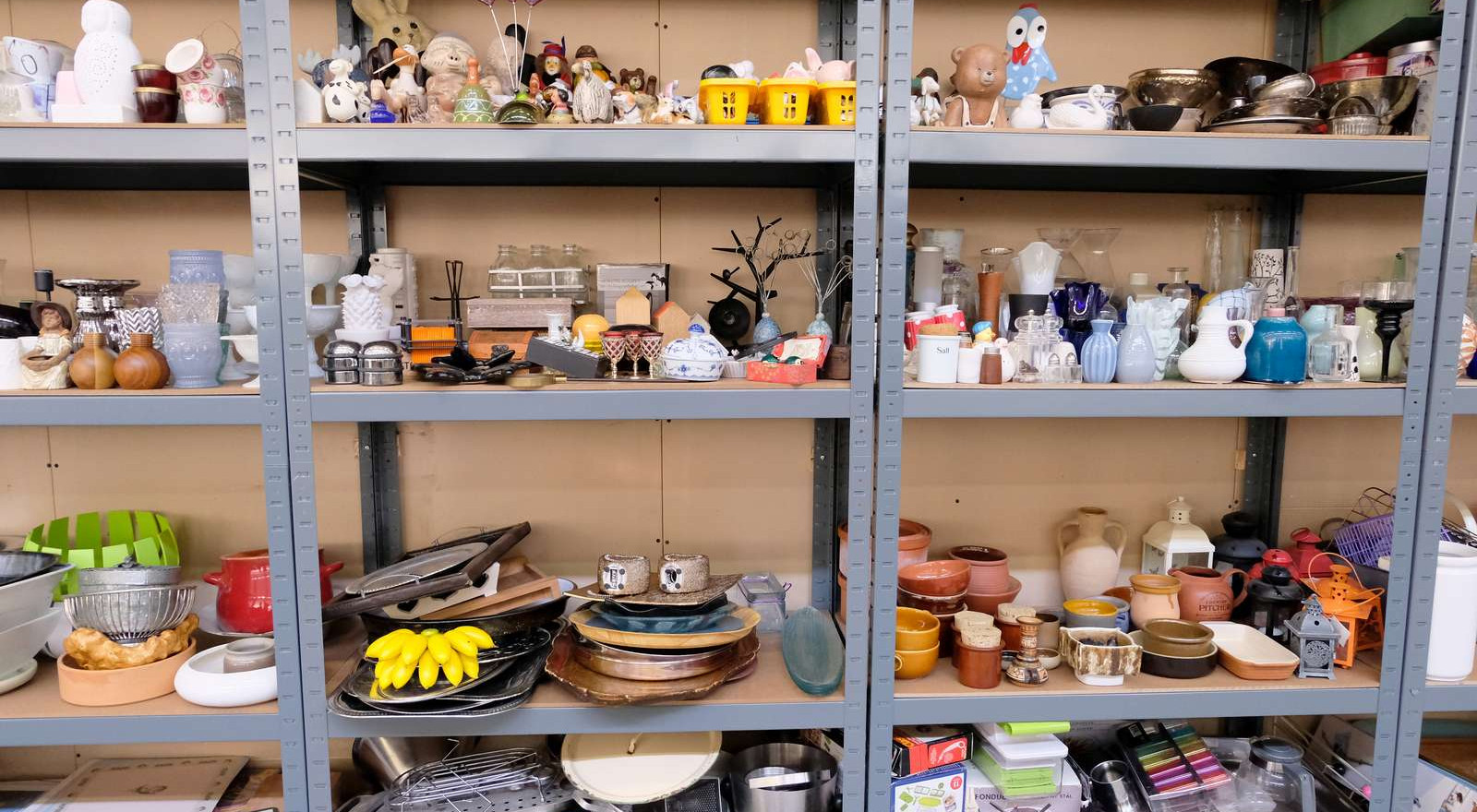 Humanitære organisationer kan hente ting til egne butikker på fælleslageret