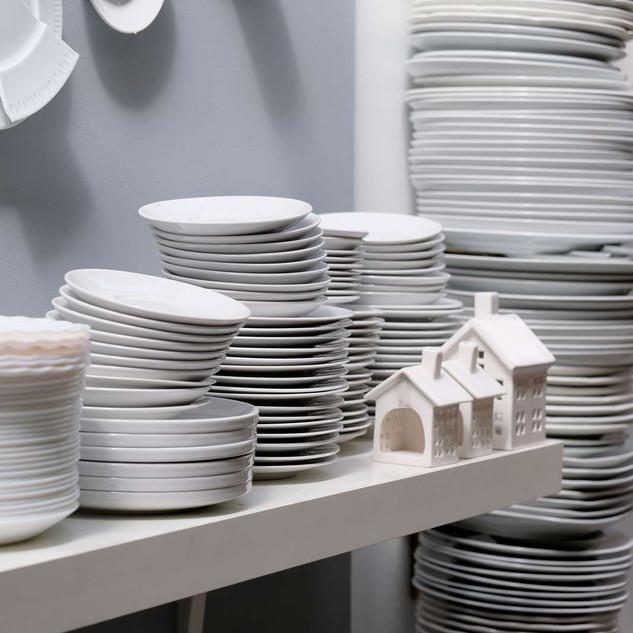 Hvidt porcelæn i stakkevis - lækkert anrettet.