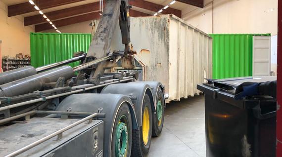 Endnu en container med genbrugelige effekter ankommer fra genbrugsstationerne.