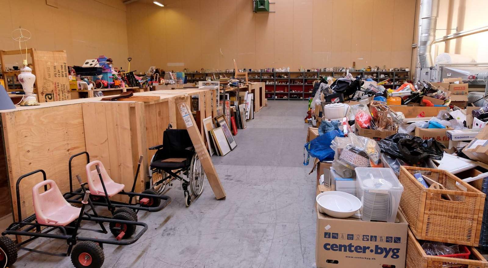 Flere gange om ugen kommer der nye varer på hylderne på fælleslageret - lige til at tage med hjem i egen genbrugsbutik.