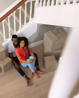 couple-moving-in-to-a-new-home-EVPPM97.j