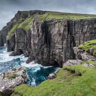 Скалы Асмундарстаккюр, остров Сувурой Cliffs and Ásmundarstakkur rock stack, Suðuroy island