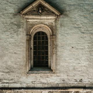 Барочное окно Воскресенского собора Новоиерусалимского Воскресенского монастыря A baroque window of the Resurrection Cathedral at New Jerusalem Resurrection Cathedral