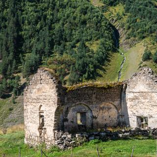 Развалины церкви с Дартло. Это была вторая, после церкви в Шенако, церковь в Тушетии.  Ruins of Dartlo church ehich was the second one in Tusheti