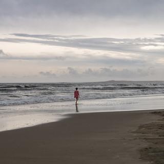 Вечерняя прогулка по пустынному пляжу  Evening walk along a deserted beach