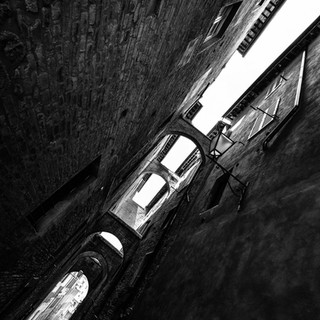 Глядя вверх в узких улочках маленьких итальянских городов. Сиена, Тоскана Looking up from narrow streets of small Italian towns. Siena, Tuscany