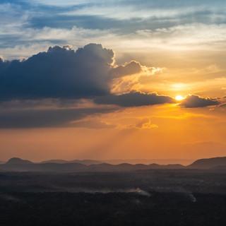 """Крокодил солнце проглотил"". Закат с вершины скалы Сигирия  Sunset from the top of Sigiriya Rock"