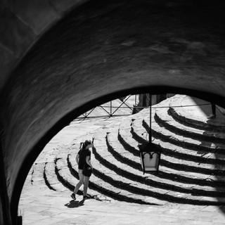 Вид на лестницу вверх с лестницы вниз, Ареццо, Тоскана, Италия A view to steps leading up from steps leading down, Arezzo, Tuscany, Italy