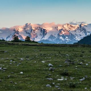 Последние лучи солнца раскрашивают горные снега Last rays of sunlight paint mountains' snowcaps