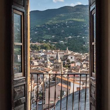 Вид Кастельбуоно из окна замка A view over Castelbuono from a castle's window