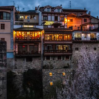Дома на берегу реки Кивьеса в центре Потеса Buildings mount steep on the bank of Río Quiviesa in the centre of Potes