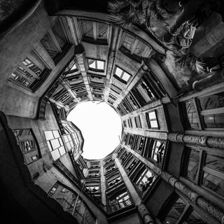 Архитектурная геометрия Гауди: внутренний двор в доме Мила Gaudí's architectural geometry: an inner courtyard in Casa Milà
