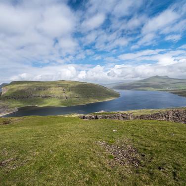 Вид с Трэлануипа, самой южной точки острова Воар, на озеро Сёрвагсватн A view from the southernmost point of Vágar island called Trælanípa to Sørvágsvatn lake