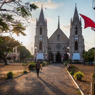 Одна из церквей в Негомбо. На побережье к северу от Коломбо наивысшая в Шри-Ланке концентрация христианского населения  One of Negombo catholic churches. The coast to the north of Colombo is the place of the largest Christian population in Sri Lanka